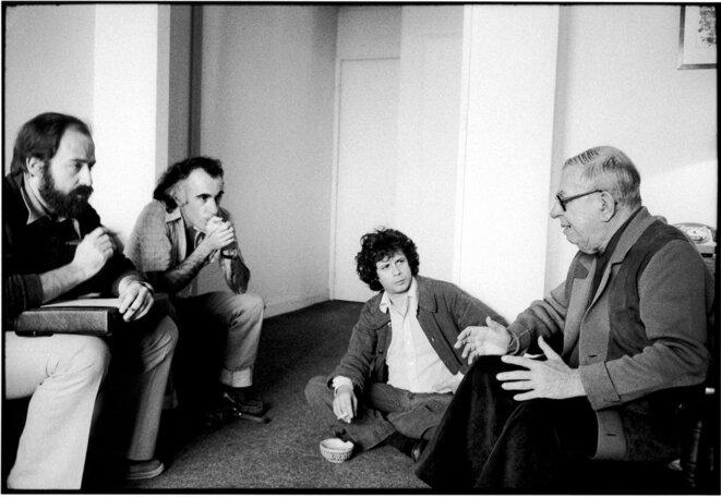 Jean-Paul Sartre, avec de gauche à droite Eder Sader, Marco Aurélio Garcia et Heitor O'Dwyer de Macedo. 12 juin 1978, Paris