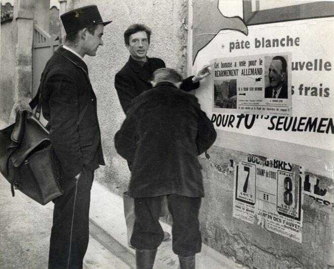 Vailland, collant des affiches pour le PCF à la fin des années 1940.