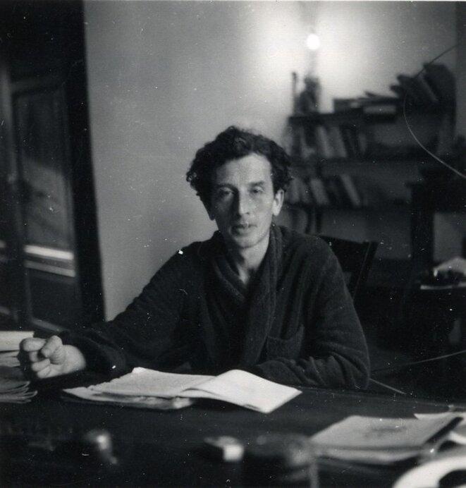 Roger Vailland à sa table de travail dans son village de l'Ain (fin des années 1940).