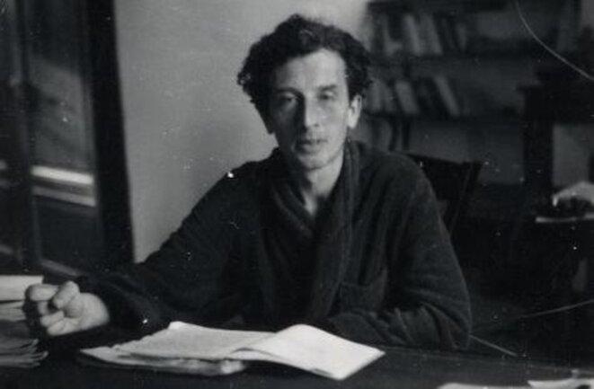 Roger Vailland à sa table de travail dans son village de l'Ain (fin des années 1940). © © Ville de Bourg-en-Bresse – Médiathèque E. & R. Vailland / DR