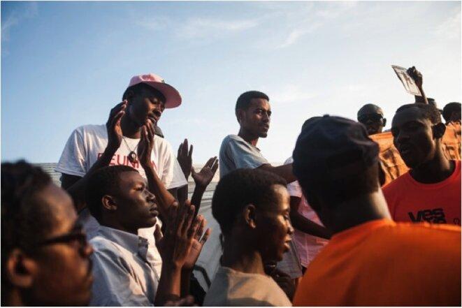 Manifestation de migrants et de soutiens devant la frontière franco-italienne de Vintimille. 12 juillet 2015. © Michel Lapini