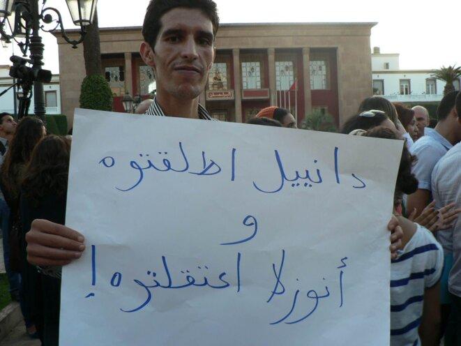 Sur la pancarte: «Vous avez libéré Daniel et vous avez emprisonné Anouzla!»