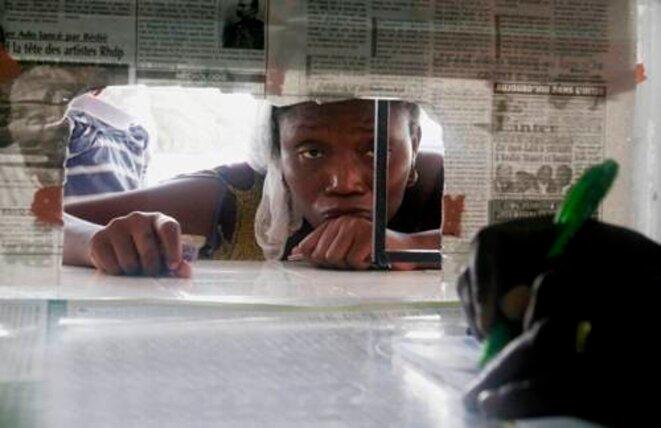 Abidjan, 8 avril. Une femme attend des médicaments