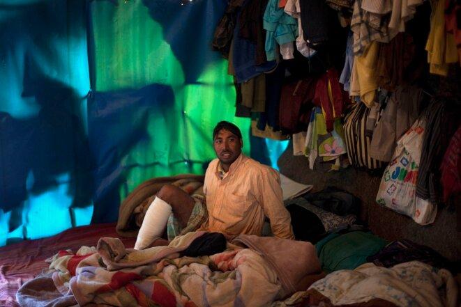 18 avril 2013. Dans la tente qui lui sert de domicile, un travailleur migrant blessé la veille.