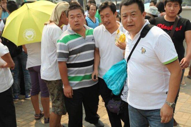 Des manifestants, éloignés par des membres de la sécurité de l'État