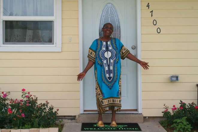 Sarah William, devant sa maison rénovée, habitable depuis juillet. © ID/MP
