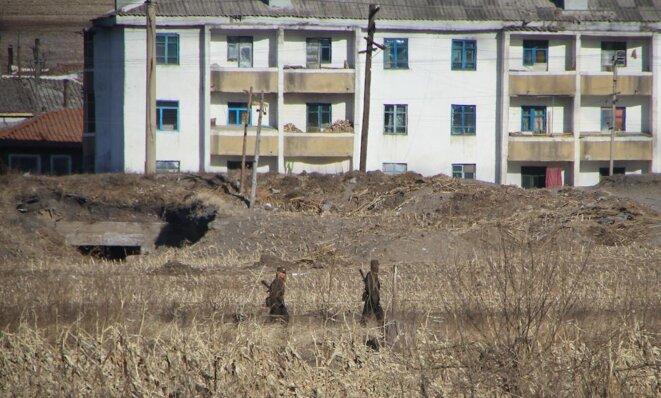 Soldats nord-coréens à la frontière avec la Chine
