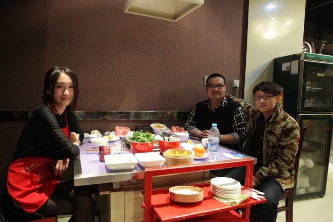 À table dans un restaurant populaire qu'affectionne la jeunesse dorée de Pékin!