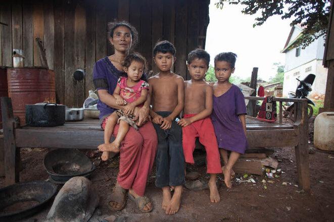 Don Ouch, la femme de Keo Chat et 4 de leurs 9 enfants au village de Busra © Eléonore Sok-Halkovich