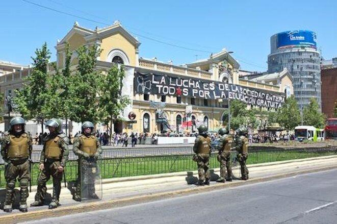 L'Université du Chili, au centre de Santiago, surveillée par les carabineros. © Thomas Cantaloube