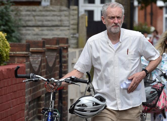 Jeremy Corbyn et son vélo se rendant à un meeting le 9 août 2015. © Reuters