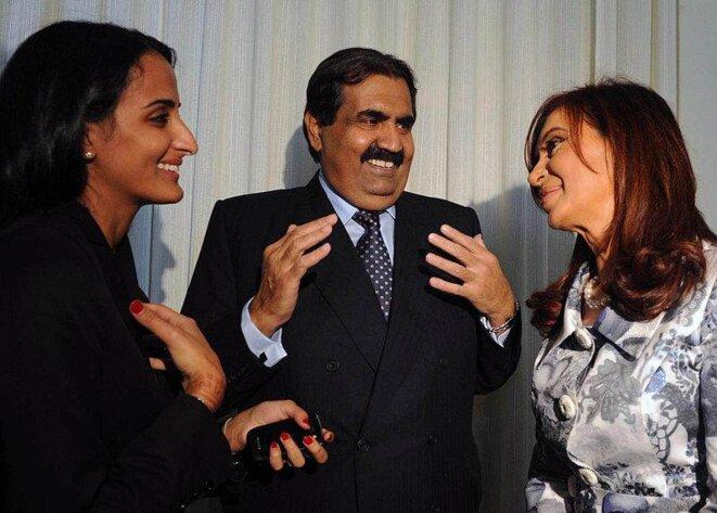L'émir Khalifa al Thani, ici en conversation avec la présidente argentine Cristina Kirchner