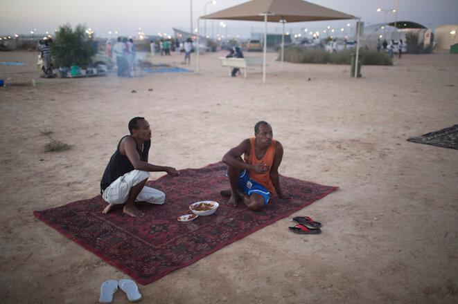 Des migrants africains à l'extérieur du camp de réfugiés de Holot, dans le désert du Negev, en septembre 2014 © Finbarr O'Reilly/Reuters