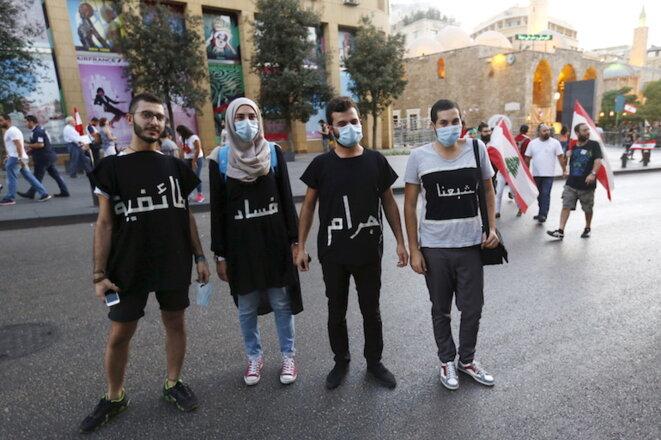 """Des manifestants de la campagne """"Vous Puez !"""" Sur leurs tee-shirts: """"Marre de la criminalité, de la corruption et du sectarisme"""" © Jamal Saidi/Reuters"""