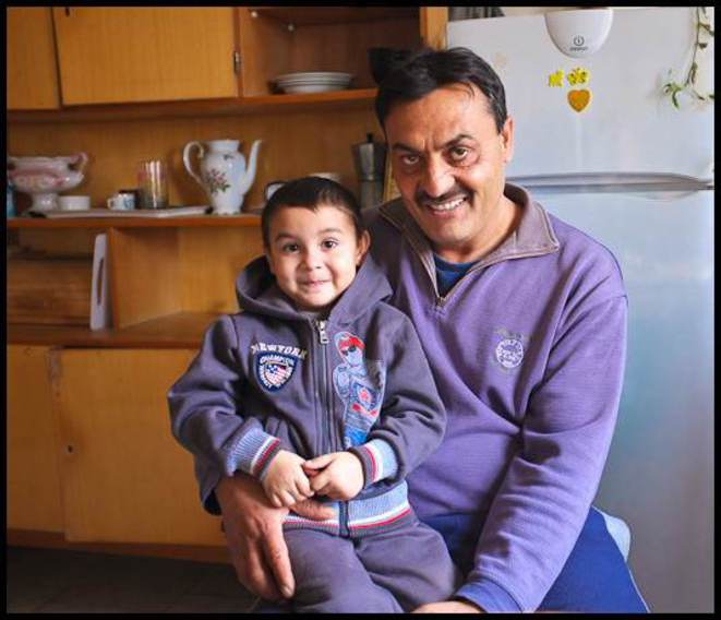 Laszlo, maire-adjoint de Gilvanfa, avec son petit-fils. © Thomas Cantaloube