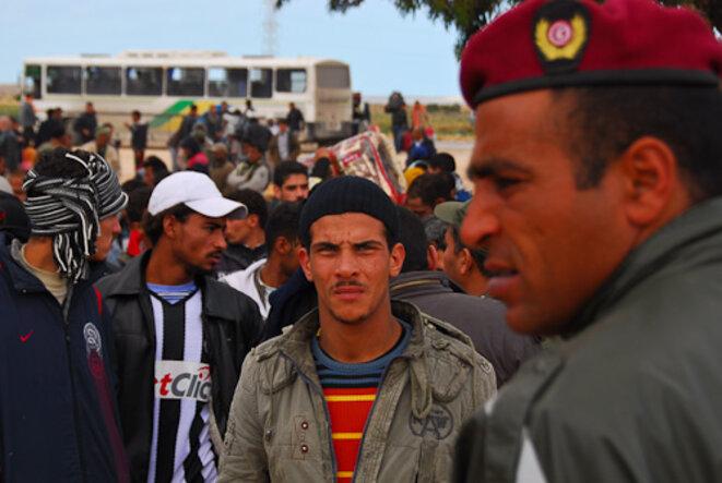Des réfugiés égyptiens attendent devant le centre de triage tunisien. © Thomas Cantaloube