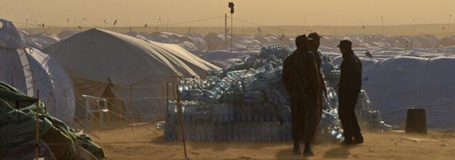 Des soldats surveillent le camp de transit de Ras Jedirt © Thomas Cantaloube
