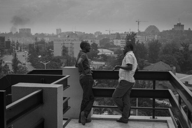 Deux informaticiens discutent sur la terrasse de KLab © Thomas Cantaloube
