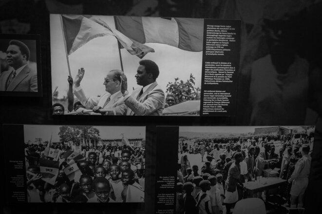 Panneau introductif au Musée du Génocide de Kigali montrant cette photo de François Mitterrand et Juvénal Habyarimana en 1982 © Thomas Cantaloube