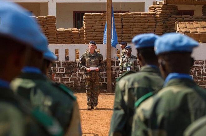 Une relève entre forces française de Sangaris et casques Bleus de la MINUSCA en Centrafrique © EMA