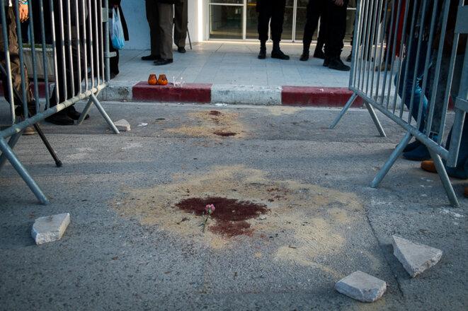 Un tâche de sang devant le musée du Bardo, jeudi 19 mars. © Thomas Cantaloube