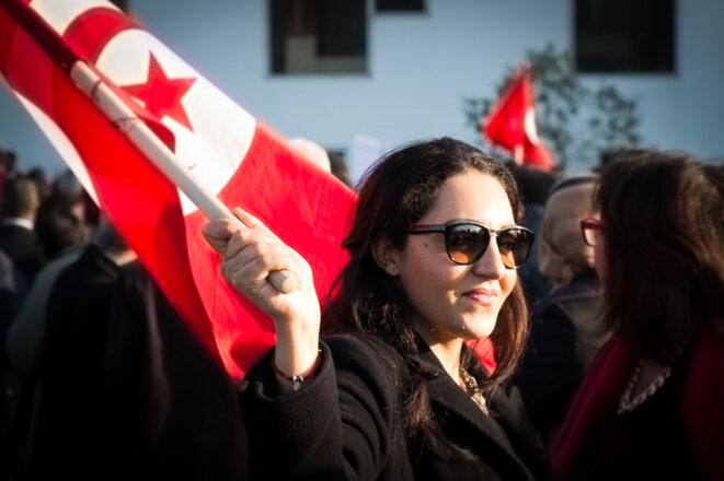 Une manifestante devant le musée du Bardo, jeudi 19 mars. © Thomas Cantaloube