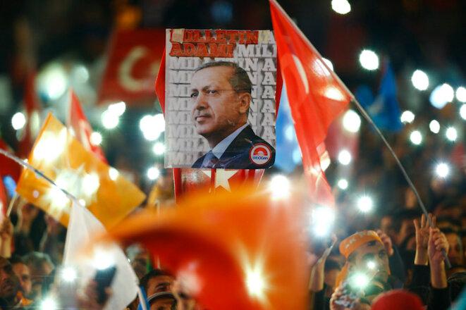 Défilé de victoire pour les supporters d'Erdogan le 1er novembre 2015. © Umit Bektas/Reuters