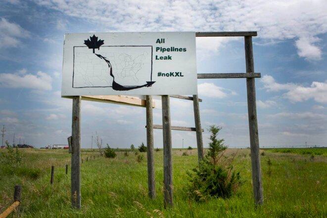 Un panneau d'opposition au pipeline dans les champs de maïs du Nebraska