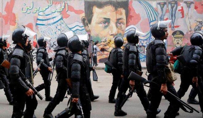 La police égyptienne devant des graffitis anti-militaires, le 19 novembre 2014. © Amr Dalsh/Reuters