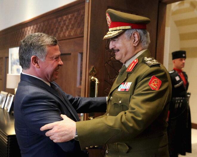 Le général Haftar (à droite) reçu par le roi de Jordanie, le 13 avril 2015. © Reuters