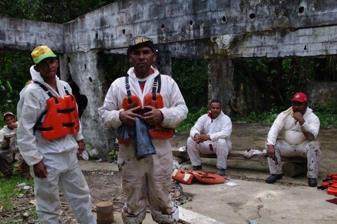 Des habitants de la petite ville proche, Caripito. Pour 79 bolivars par jour ils sont chargés de nettoyer le cours d'eau. © Jean-Baptiste Mouttet