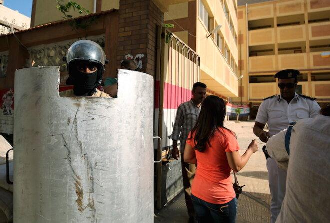 Entrée d'un bureau de vote à Alexandrie, le 18 octobre 2015. © Asmaa Waguih/Reuters