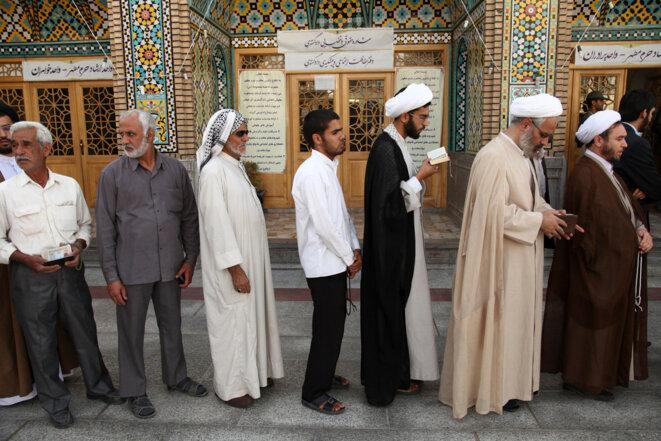 Des électeurs attendent pour voter à Qom, vendredi 14 juin © Reuters