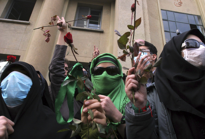 Des partisans de Moussavi défilent à Téhéran en décembre 2009 © Reuters