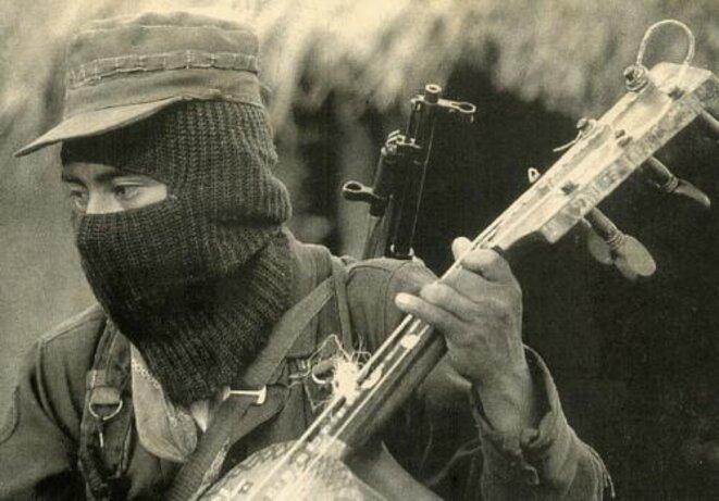 Un zapatiste cagoulé jouant du Guitarrón