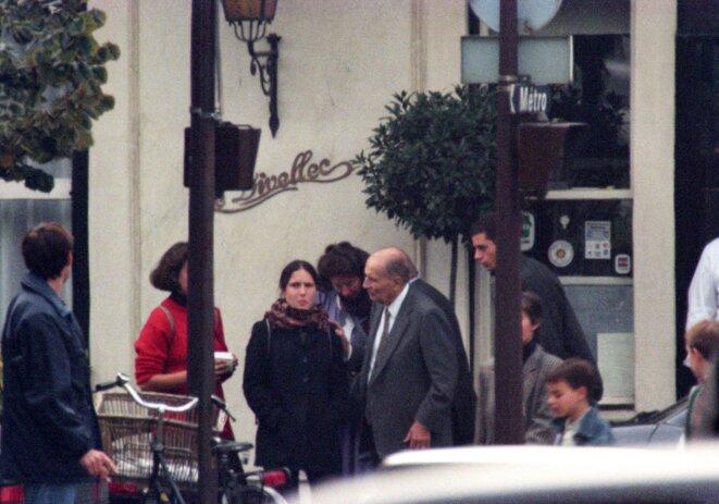 Sébastien Valiela et Pierre Suu, Mazarine Pingeot et son père, François Mitterrand, à la sortie du restaurant Le Divellec, Paris © Sébastien Valiela et Pierre Suu/Eyewitness