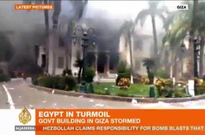 Le siège du gouvernorat de Giza, a été pris d'assaut puis incendié par les Islamistes, au Caire © Al-Jazeera