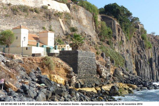 Avancée de l'érosion côtière de l'Île de Gorée en 2014 - La plus vieille mosquée du Sénégal risque ainsi de d'écrouler d'un jour à l'autre © John Marcus
