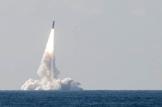 Tirs de missile M51 à partir d'un SNLE (sous-marin nucléaire lanceur d'engins )