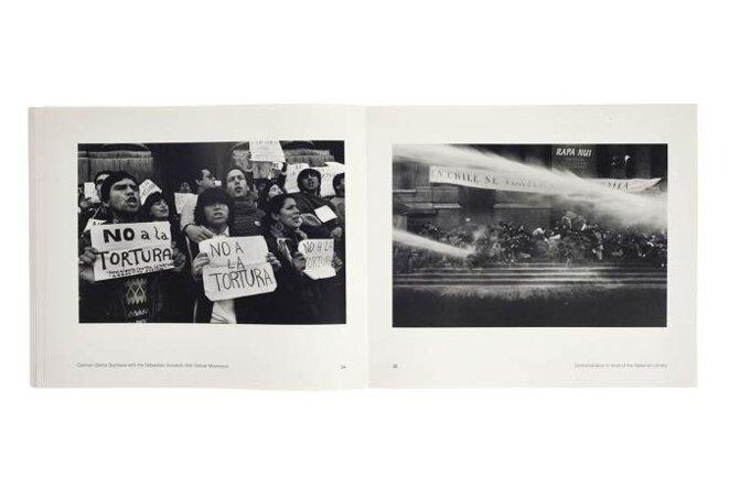 Carmen Gloria Quintana [au centre] avec le Mouvement contre la torture Sebastián Acevedo, 1988 © Álvaro Hoppe / Manifestation devant la Bibliothèque nationale, 1988 © Alejandro Hoppe