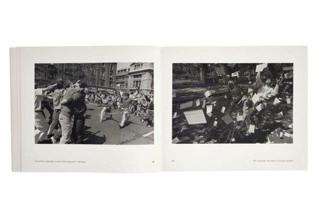 Des supporteurs fêtant la victoire de l'opposition, Santiago, 1988 © Claudio Pérez / Bénévoles de la campagne pour le NON dans une caravane de bicyclettes, 1988 © Álvaro Hoppe