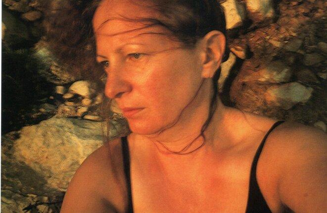Autoportrait sur les rochers, Levano, Sicile, 1999 © Nan Goldin