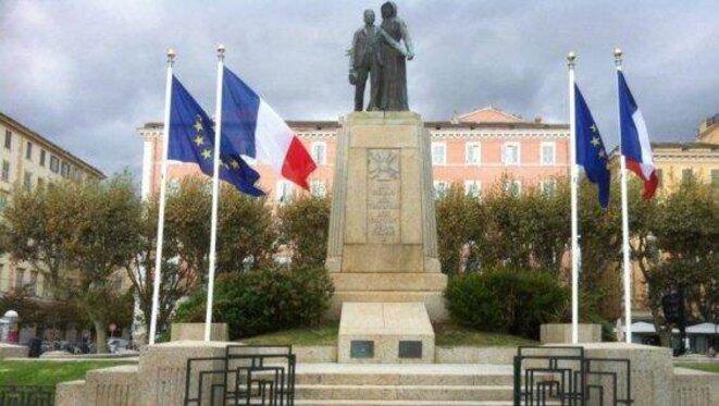 Drapeaux français et européens Place St Nicolas Bastia. © A Piazzetta