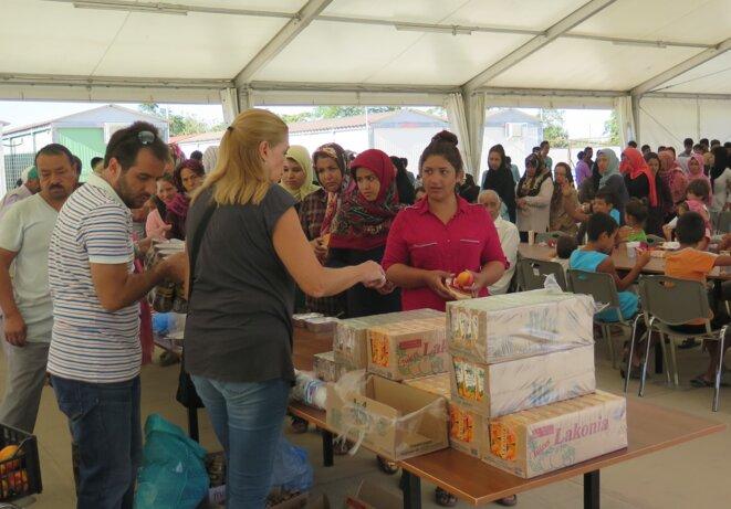 Les volontaires de la Croix Rouge distribuent le petit déjeuner. Les femmes et les enfants d'abord. © G.C.
