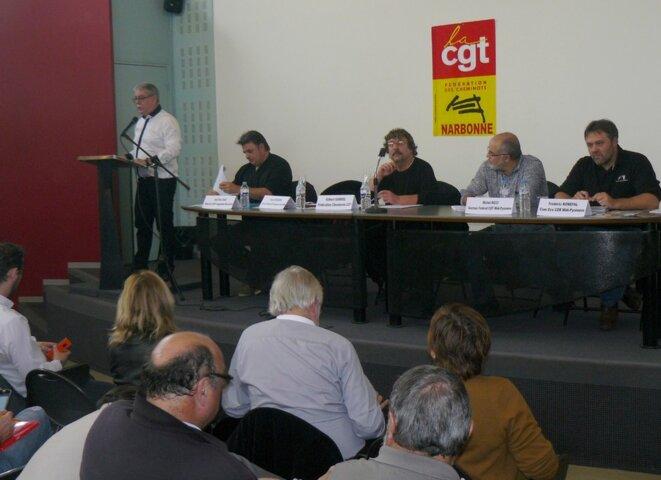 Au micro, Thierry Desbruères. A la tribune, de g. à d., Jean-Marc Biau, Gilbert Garrel, Michel Ricci, Frédéric Konefal.