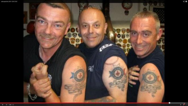 Président, vice-président (et un imitateur), tatoués du logo de LEUR association