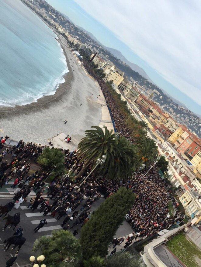Une très belle photo de la marche silencieuse ce matin à Nice en mémoire des victimes à Paris. Probablement une des plus belles. La marche est à mi-parcours, précédée par la Police Municipale à cheval (3 cavaliers) sur le quai des États-Unis, à hauteur de la place du 8 mai 1945. C'est plus du double de ceux que l'on voit ici qui défileront en une heure, soit 23.000 à 30.000 personnes, hommes, femmes, et enfants.  Photo prise par M. Benjamin MARTELLI, mise en ligne sur son compte twitter. On © Monsieur Benjamin MARTELLI