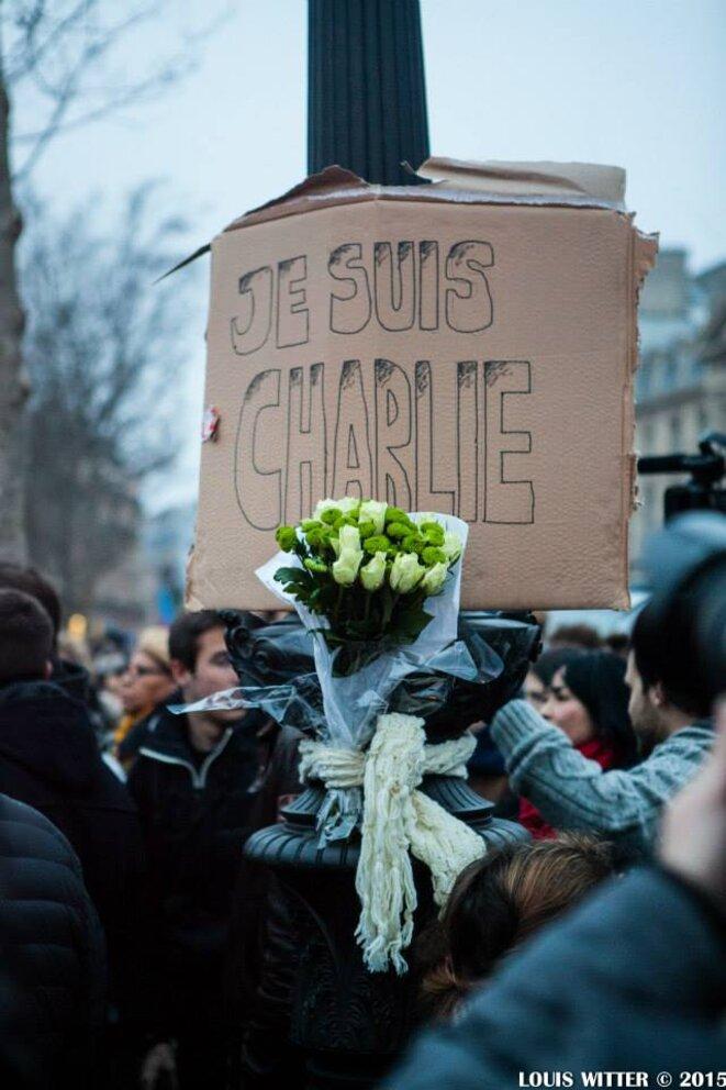 Je suis Charlie et son bouquet de roses blanches © Louis Witter