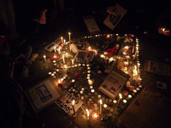 Hommage près des bougies