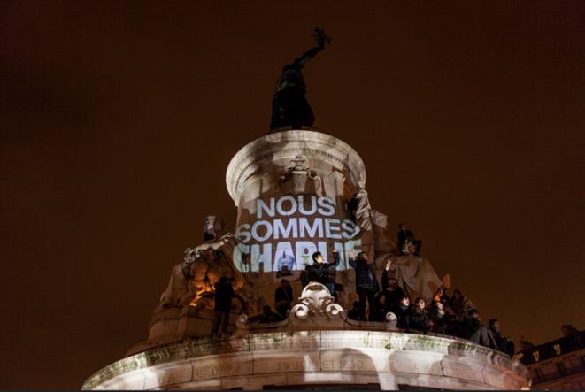 Nous sommes tous Charlie au pied de la Statue de la Place de la République